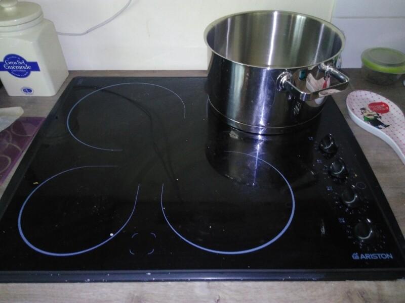 r parer plaque vitro c ramique 2 feux 4 s 39 allument plus de t moins lumineux. Black Bedroom Furniture Sets. Home Design Ideas
